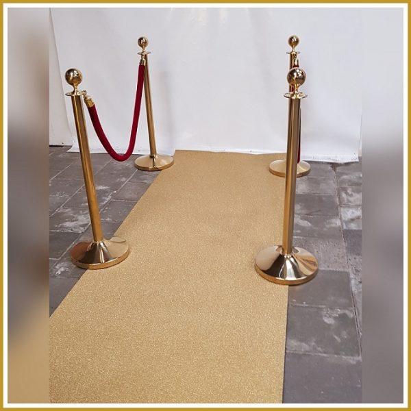 goud tapijt en gouden paaltjes