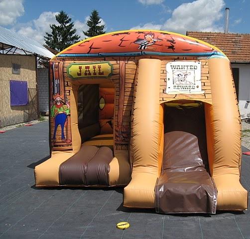 springkussen jail huis met glijbaan