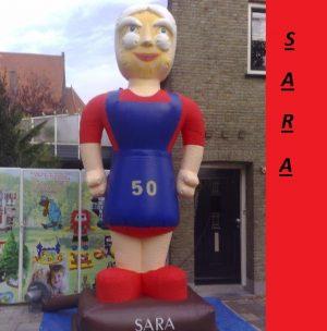 sarah op sokkel